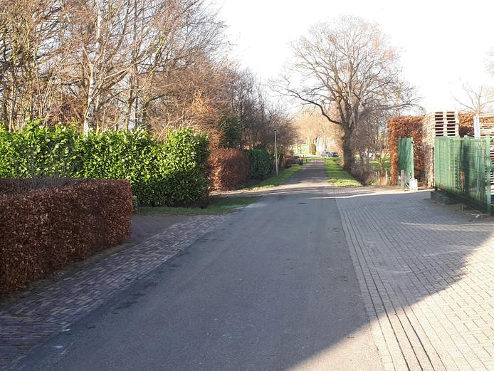 Bewoner Jan Jongman wil dat de gemeente Wierden optreedt tegen vrachtwagens, die parkeren op de Oude Schoolweg in Hoge Hexel om te laden en lossen bij bouwbedrijf B. Jannink en daarbij de doorgang blokkeren.