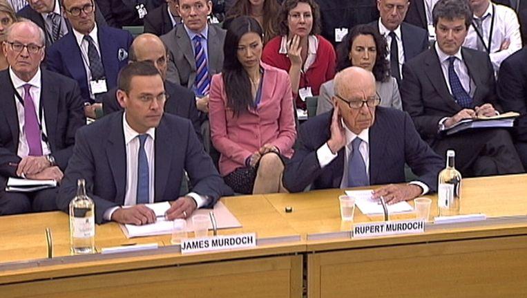 Rupert Murdoch, de baas van het mediaconcern News Corp (links) en zijn zoon James Murdoch. Beeld reuters
