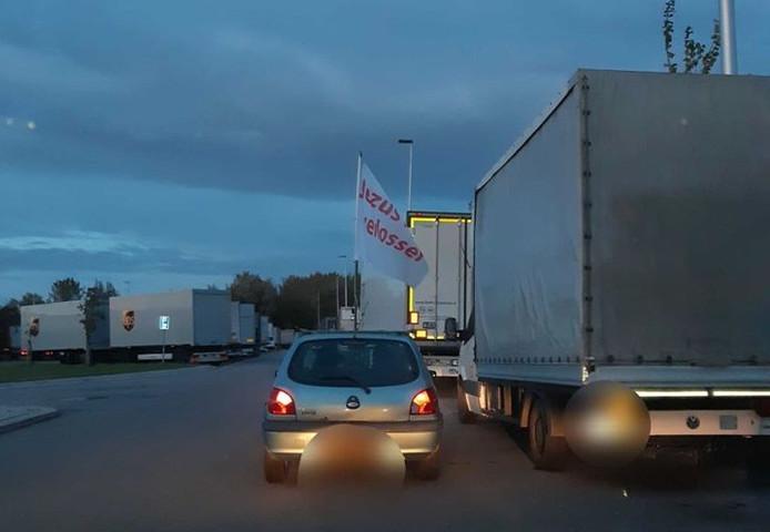 De politie in IJsselstein plukte zaterdagavond een automobilist van de A2 die met een vlag met de tekst: 'Jezus mijn verlosser' rondreed.