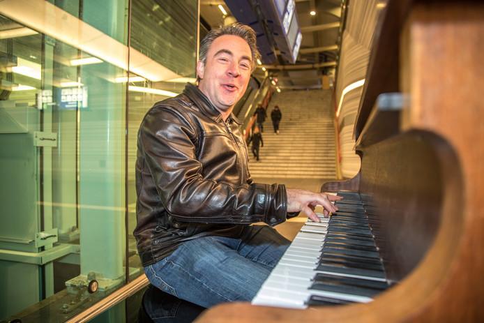 Hans Jansen in actie op een piano.