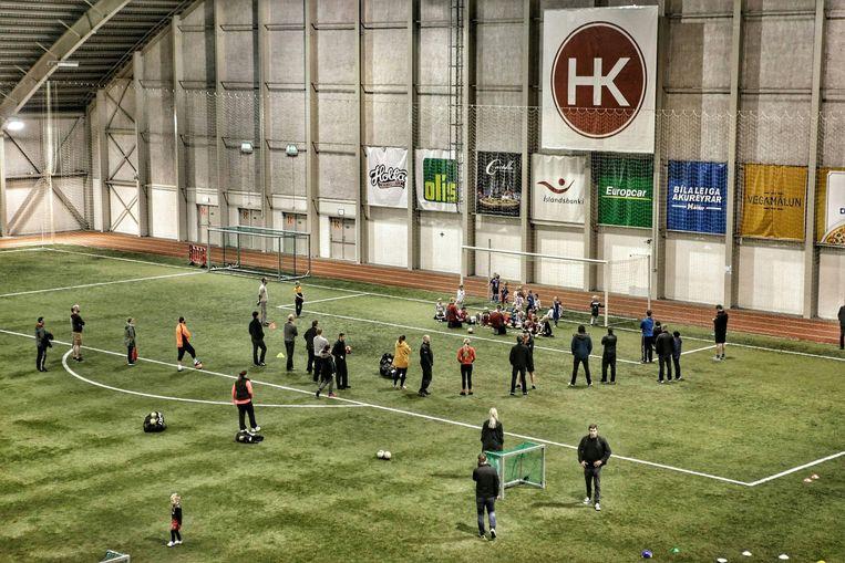 Een indoor-voetbalveld in Reykjavik. Beeld Presse sports