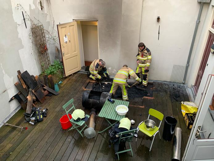 Brandweer druk met vuurkorf op houten dakvlonder in binnenstad van Deventer.