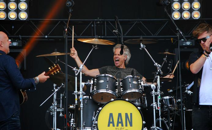Norman Bonink, drummer van Blof, tijdens het openingsoptreden Cover at Sea.