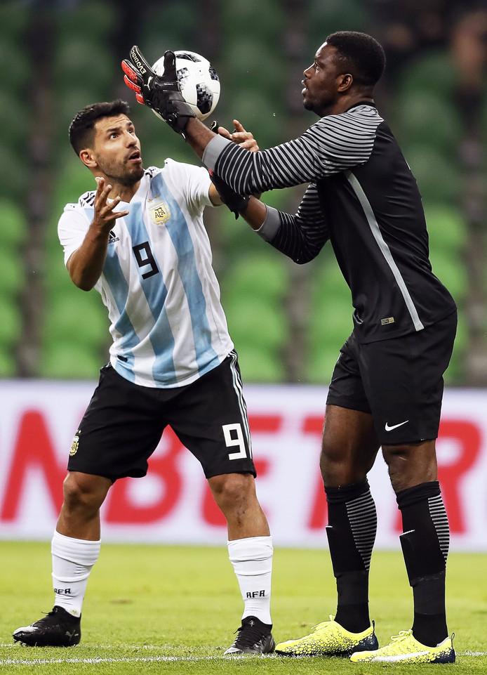Sergio Agüero in een onderonsje met de Nigeriaanse keeper Daniel Akpeyi.