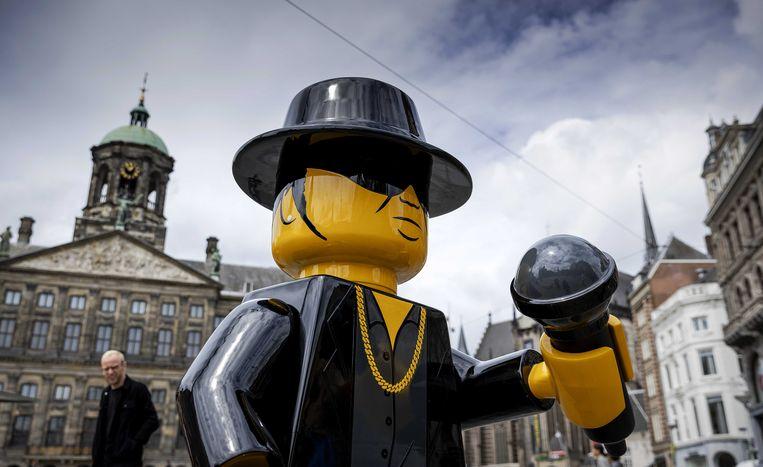 Ter ere van André Hazes, die 69 jaar zou zijn geworden, werd vorige week een levensgrote Lego-versie van de zanger op de Dam in Amsterdam geplaatst.