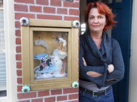 Bijzondere verhalen in goudkistjes naast de deur