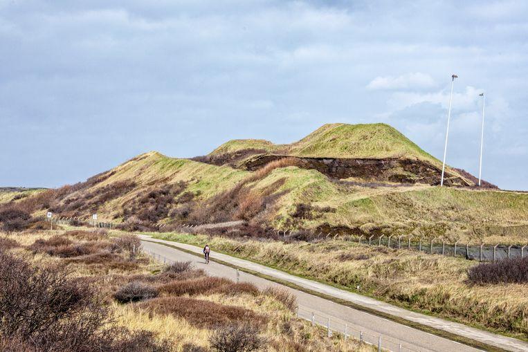 De omstreden afvalberg met oxykalkslik langs de weg van Wijk aan Zee naar de kust. Beeld Raymond Rutting / de Volkskrant