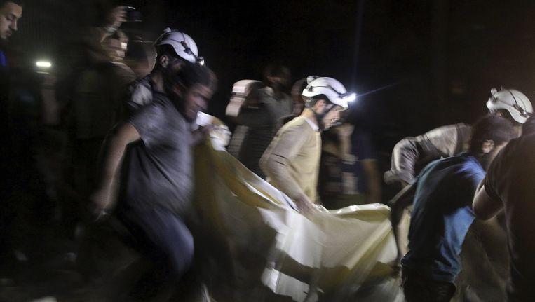 Een slachtoffer wordt weggehaald uit het puin nadat een veldhospitaal werd gebombardeerd. Beeld reuters
