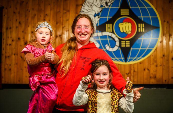 Vanessa Monstrey, hier samen met dochtertjes Ailey en Ailaney, wil de werking van sportclub Fighting Spirit voortzetten na het overlijden van haar man Hans Balcaen.