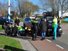 Fietser tijdens het oversteken hard geraakt door auto in Waalwijk, met nekklachten naar ziekenhuis