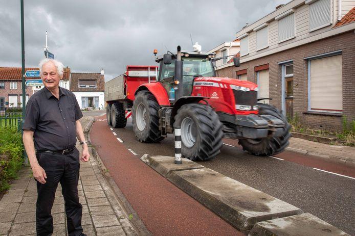 Vincent van Bijnen is aanwonende van de Molendijk die (zwaar) verkeer dwars door het dorp Oud-Vossemeer stuurt.
