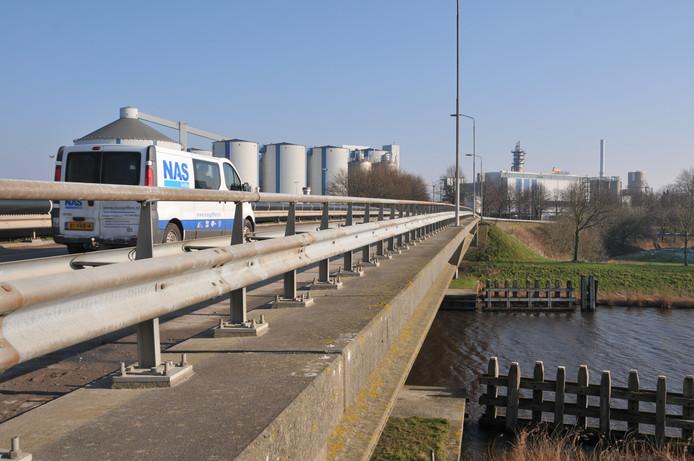 De brug in de Noordzeedijk met op de achtergrond de silo's en de fabriek van Suiker Unie Dinteloord.