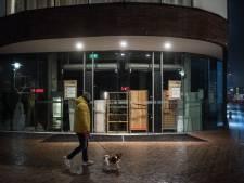 Tiel bereidt zich voor op mogelijke rellen: dichtgetimmerde ramen en gebarricadeerde puien