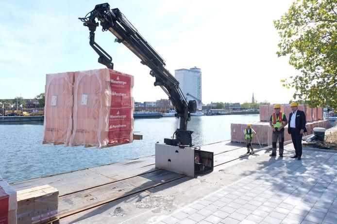 Het overslagplatform op Eilandje bedient de Antwerpse bouwwerven van water.
