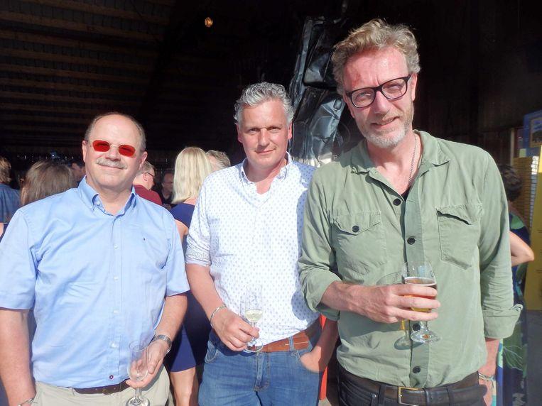 Walter Hüsken en Marcel Beijnsberger (MasterColors), de lithografen van het boek, en uitgever René Bego. 'Ze is echt een supergoede auteur' Beeld Schuim