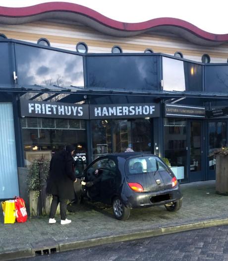 Auto dendert terras op van cafetaria in Leusden