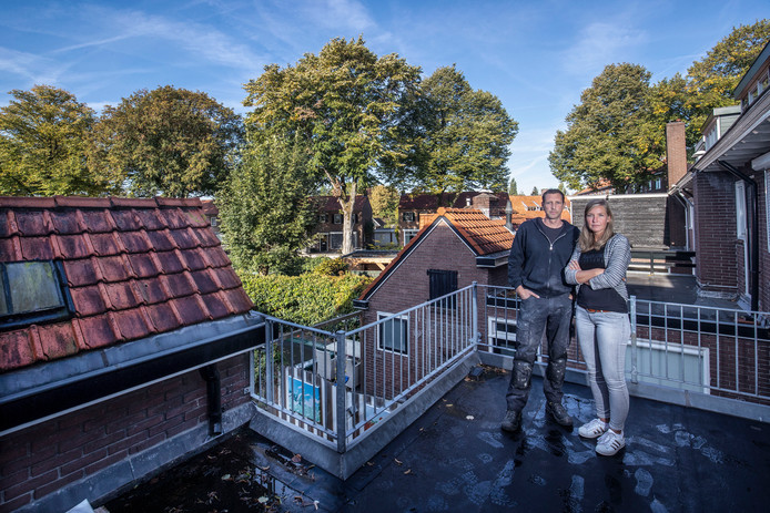 Wim en Kirsten Beudeker op het dak van hun huis in Veenendaal.