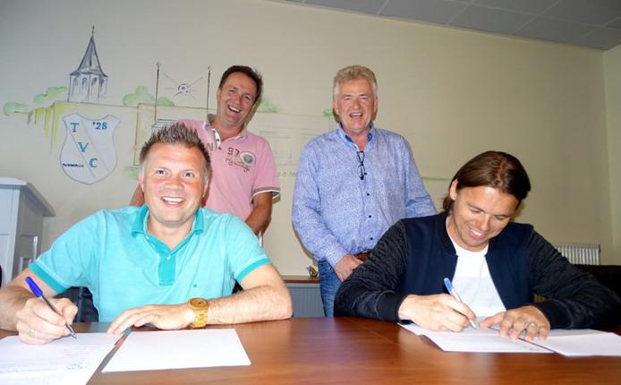 Eric Lippold en René de Visscher tekenen de nieuwe contracten. Achter hen staan René Booyink en Rolf Dijkkamp.