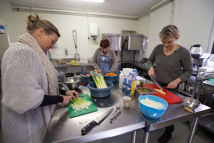 Vrijwilligers van de Doetinchemse Stadsboerin aan het werk om lekkere maaltijden te koken voor ouderen.