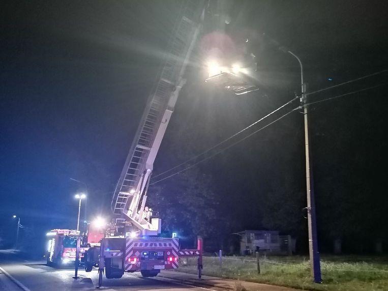 De brandweer doofde langs de Wettersesteenweg in Sint-Lievens-Houtem een verlichtingsarmatuur die vuur had gevat.
