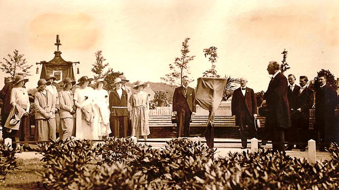 Het vaandel van Velp voor Oranje mét leeuwtje op een foto uit 1923 van de onthulling van de Wilhelminabank.