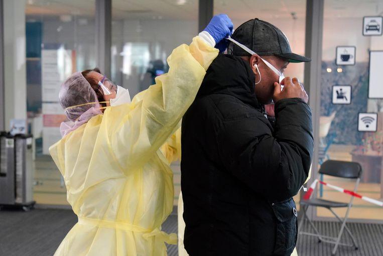 Bezoekers worden bij de ingang Flevoziekenhuis opgevangen: handen wassen en mondkapjes op.