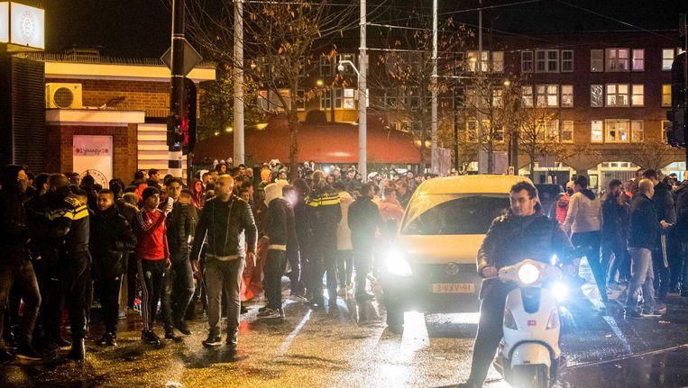 Laat op de avond werd door sommige aanwezigen vuurwerk richting politieagenten gegooid. Beeld ANP