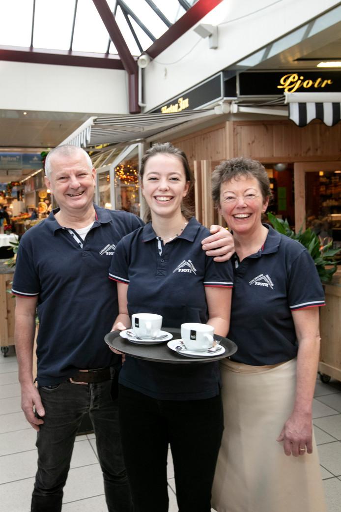 Pieter van Oerle met zijn vrouw en dochter voor zijn brasserie Pjotr  die 25 jaar bestaat.