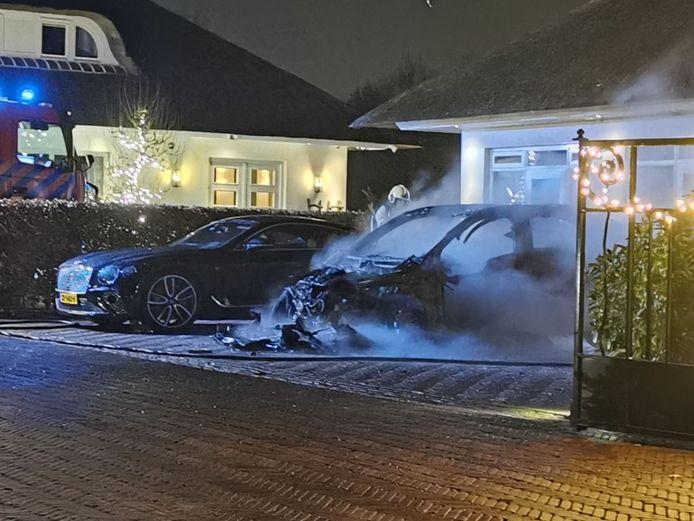 Een Porsche Cayenne brandde in de nacht van 5 op 6 december uit bij de villa. Ernaast stond een Bentley Continental.