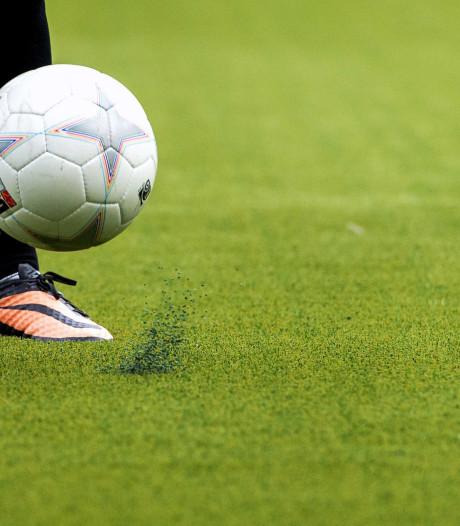 Voetballende jeugd laat zich niet van veldjes jagen op Urk en in Tollebeek