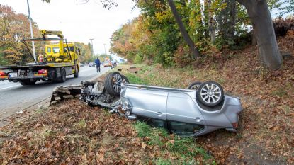 Auto over de kop na ongeval op E40