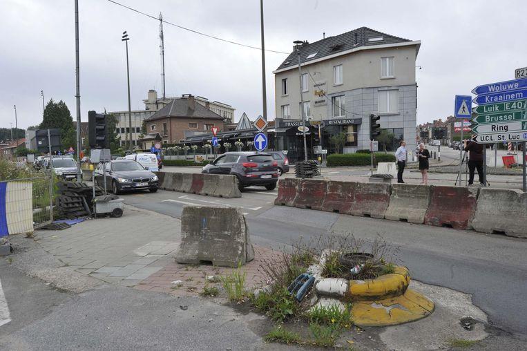 Het kruispunt Leuvensesteenweg/Woluwelaan ligt er al maanden als een bouwwerf bij.