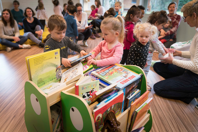 Peuters zoeken een boekje uit in speelzaal De Lindeloot in de Arnhemse wijk Vredenburg. Archieffoto: Erik van 't Hullenaar