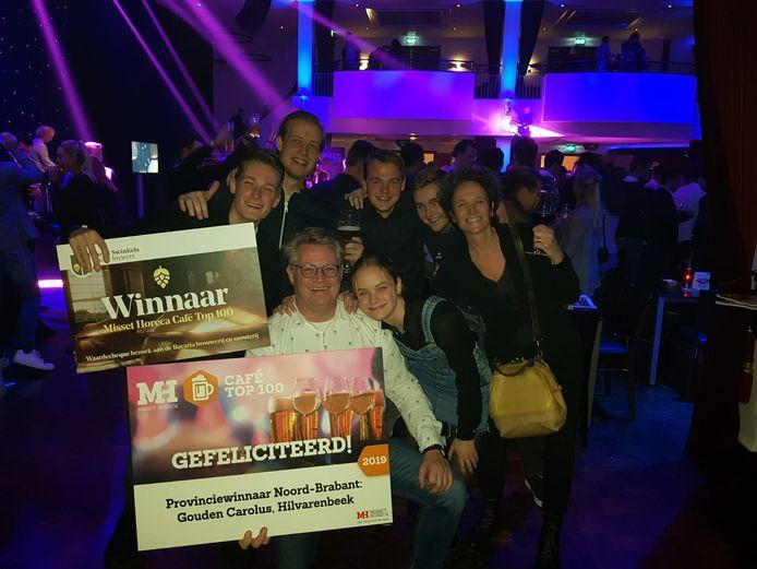 Het team van café Gouden Carolus met de prijs.