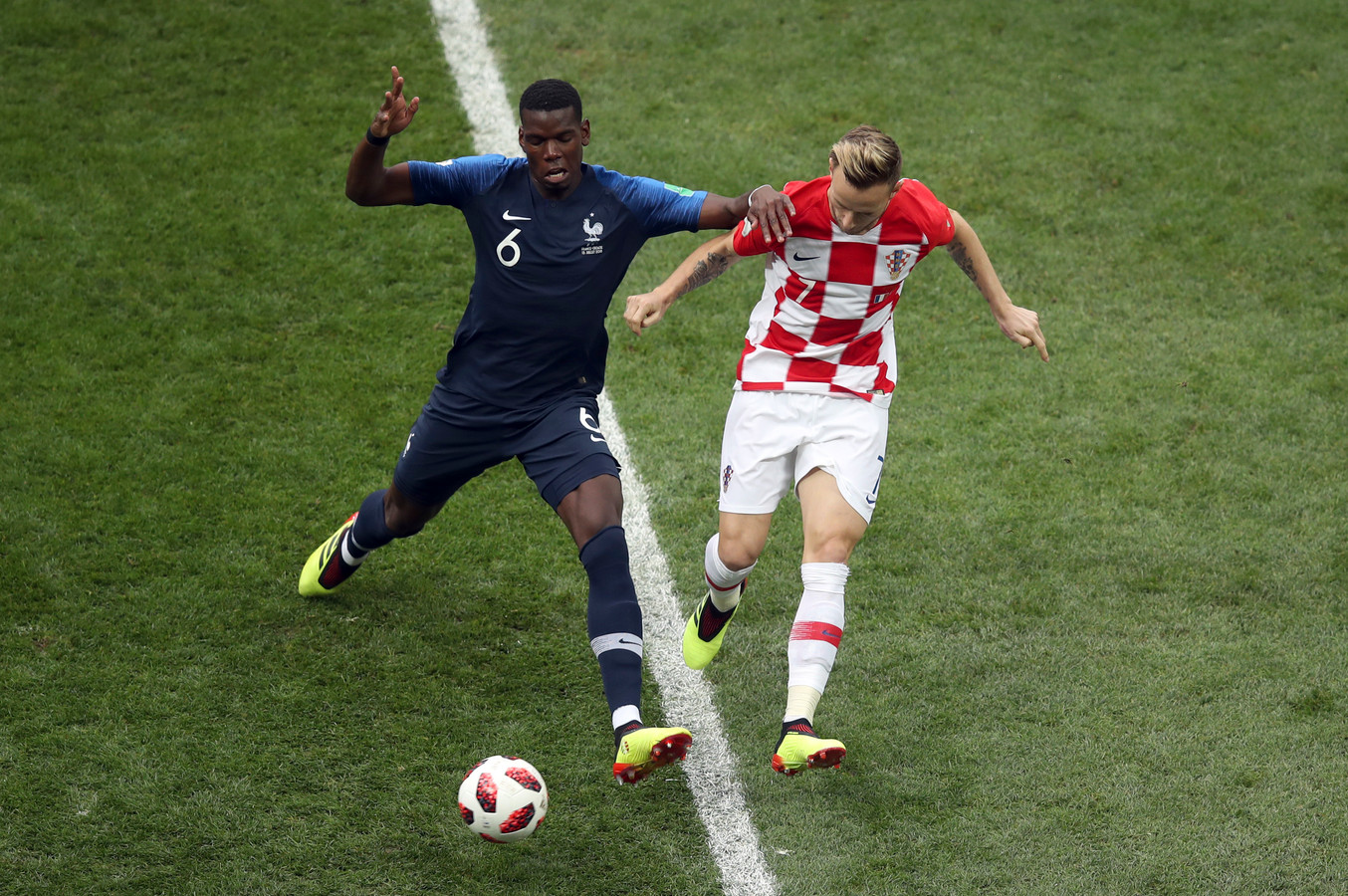 Paul Pogba in duel met Ivan Rakitic.