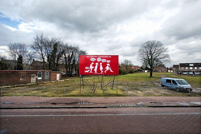 Een foto uit de oude doos, voordat dit braakliggende terrein aan de Stationsstraat in het centrum van Rijen een parkeerplaats werd. Nu lijkt er eindelijk schot in de realisering van het centrumplan te komen.