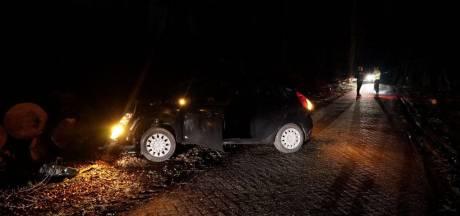Automobilist botst op gekapte bomen