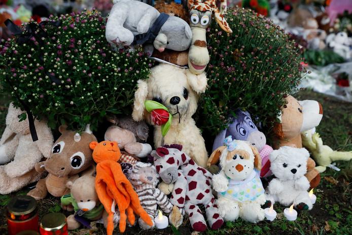 OSS - Bij de spoorwegovergang aan de Braakstraat in Oss waar vier kinderen omkwamen bij een ongeluk tussen een trein en een elektrische bakfiets, ligt een bloemen- en knuffelzee.
