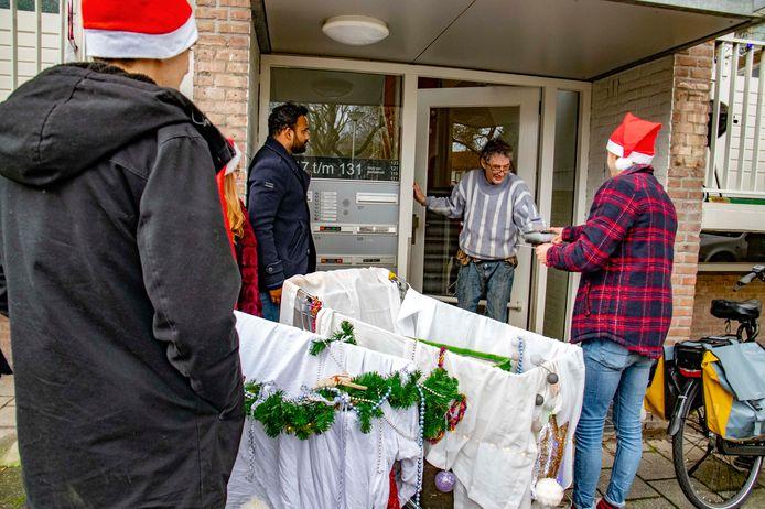 Tilburgse studenten deelden met kerst erwtensoep uit aan oudere buurtbewoners. Om te helpen, en een beetje om sorry te zeggen voor de herrie.