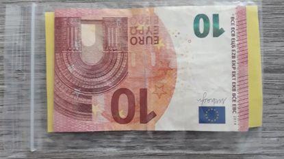 Anonieme weldoener stopt geld in zakje en geeft dit aan caféhouders