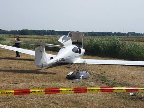 VIDEO: Sportvliegtuigje crasht bij noodlanding in Helvoirt, twee inzittenden ongedeerd