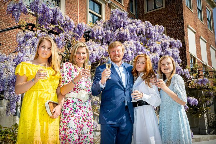 DEN HAAG - Koning Willem-Alexander, Koningin Maxima en de prinsessen Amalia, Alexia en Ariane brachten vorig jaar voor Paleis Huis ten Bosch een toost uit op Koningsdag. Vanwege de coronacrisis was de viering in Maastricht afgelast.