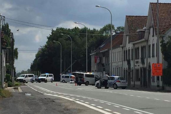 De politie sloot de Brugsesteenweg plaatselijk een dik half uur af voor alle verkeer.
