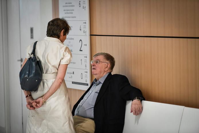 Voormalig France Télécom-CEO Didier Lombard spreekt tijdens de rechtszaak met zijn vrouw.