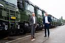 Managing directors Janko van der Baan (links) en Johan Uhlin van Scania zijn blij met een grote Defensieorder voor ruim 2000 trucks.
