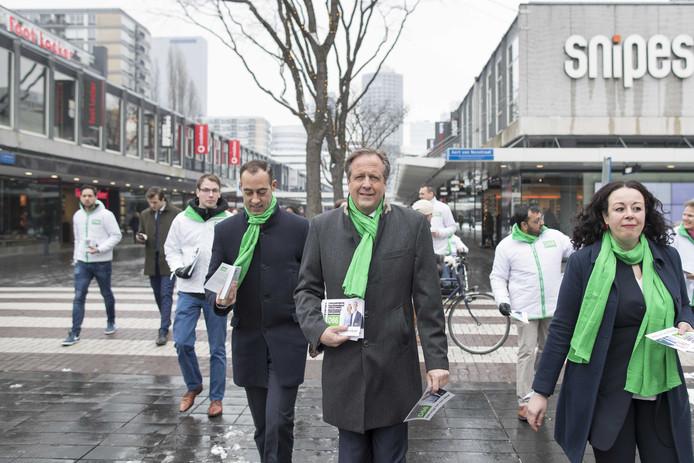 D66-leider Alexander Pechtold (M) en Said Kasmi (L), lijsttrekker in Rotterdam, flyerden dit voorjaar in het centrum voorafgaand aan het voorjaars- en verkiezingscongres van D66.