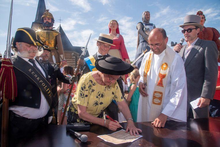 Meter en peter Marc en Paula ondertekenden op 30 juni de doopakte van de reuzen Diederik en Beatrijs Van Massemen.