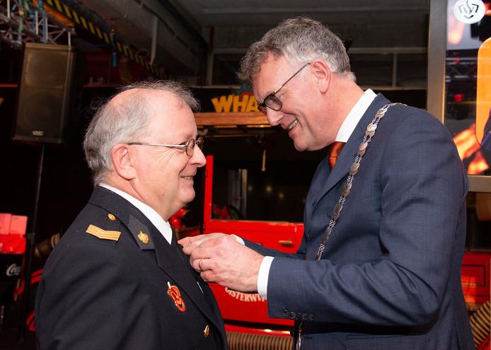 Bert-Frank van den Breekel wordt onderscheiden door burgemeester Janssen -