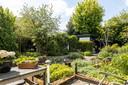De tuin van Elly's woning.