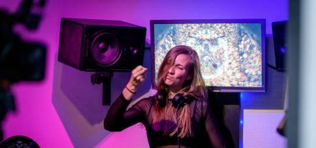 Angelique uit Enschede draait tijdens dj-battle voor 500.000 kijkers: 'Tomorrowland blijft mijn droom'